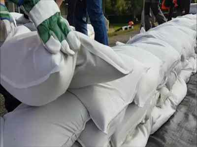 Place sandbags on a dyke VS TubeBarrier